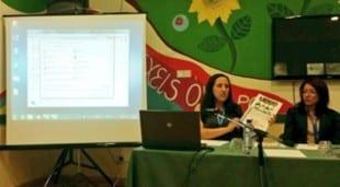 Nerea Cabrera exponiendo los datos de precariedad juvenil.