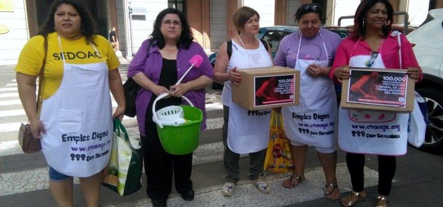 Entrega de 100.000 firmas pidiendo la protección laboral de las empleadas del hogar en España