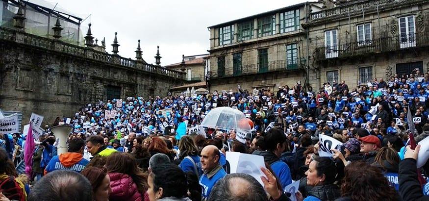 Miles de funcionarios exigen en Santiago acabar con la discriminación salarial que sufren