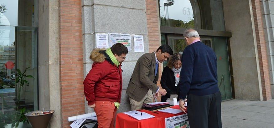 Joaquín Pérez, en la mesa de recogida de firmas de la MERP en el Ministerio de Empleo