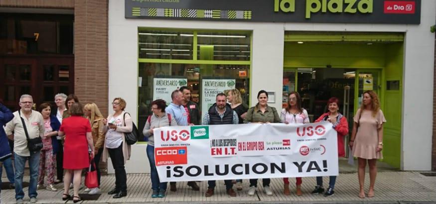 Trabajadores de La Plaza Día protestan contra el despido de trabajadores durante sus bajas
