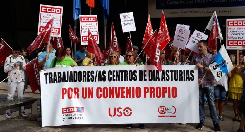 Trabajadores de centros de día asturianos se concentran para que se negocie un nuevo convenio