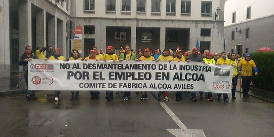 Los trabajadores de Alcoa Avilés marchan a pie desde la fábrica a Oviedo por la retirada del ERE