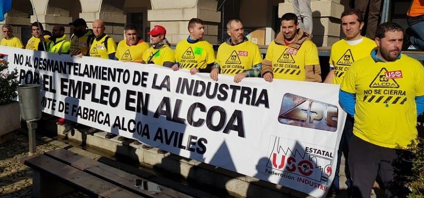 Los trabajadores de Alcoa de Avilés y Galicia marchan a pie hasta el límite autonómico por su empleo