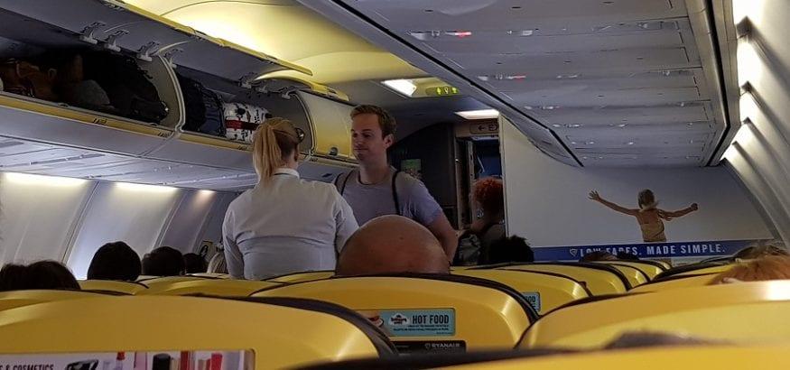 USO denuncia que Ryanair discrimina a las tripulantes obligándolas a llevar falda y delantal