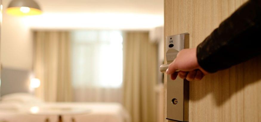 ¿Cuáles son los riesgos laborales para los trabajadores de hoteles?