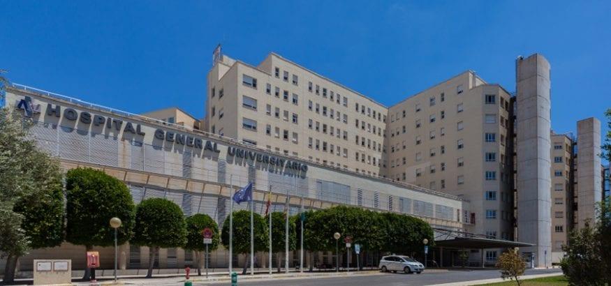 Los trabajadores del hospital de Alicante se concentran por la falta de seguridad