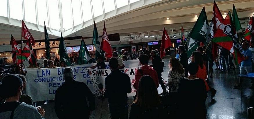 Los trabajadores del aeropuerto de Bilbao suspenden la huelga hasta asamblea de ratificación del viernes