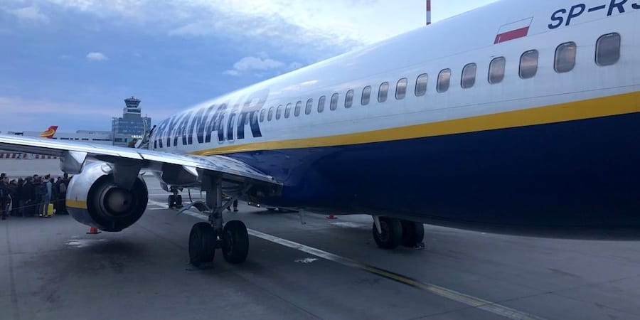 Ryanair mantiene la base de Girona a costa de reducir las condiciones laborales de su plantilla