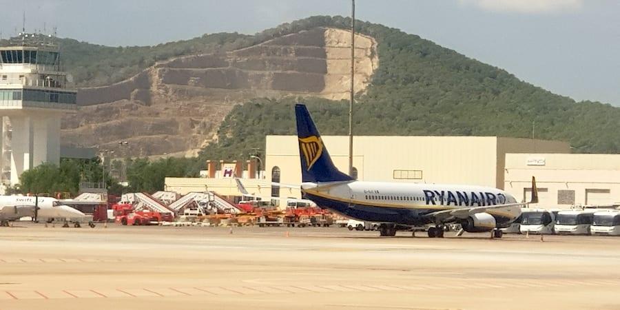Ryanair cierra sus bases en Canarias sin entregar las cartas de despido a sus trabajadores