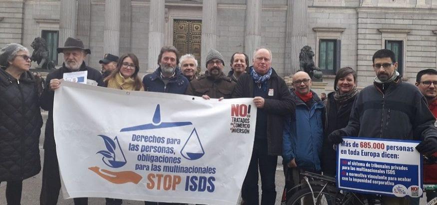 Entregadas más de 685.000 firmas contra los tribunales de arbitraje